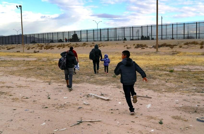 Coyotes abandonan 5 niñas en la frontera EU
