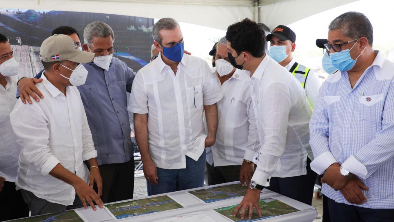 Presidente Abinader supervisa avances de la circunvalación de Baní y motiva a continuar vacunándose