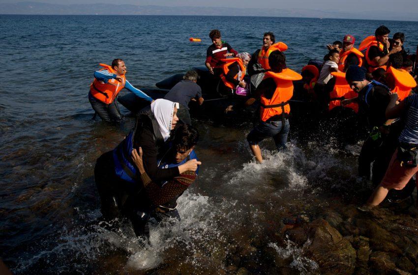 Grecia busca a migrantes tras naufragio; rescata un 10