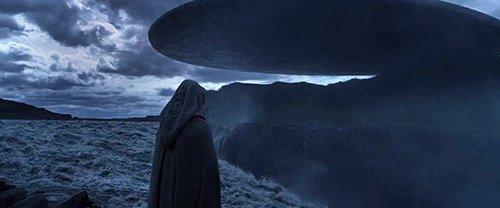 Um alienígena chega à Terra como uma nave espacial enorme deixa o planeta.