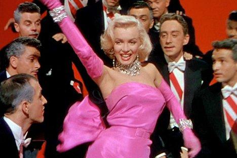 """En la película """"Los caballeros las prefieren rubias"""", Marilyn Dorns su característico rubio platino """"Hollywood"""" peinado. En esta película, interpreta el papel de una mujer sexy y materialista dispuestos a utilizar sus encantos para obtener lo que quiere. Este tipo de carácter se repite una y otra vez en la cultura popular."""