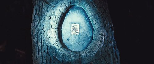 """Após os Cavaleiros concluído todas as suas tarefas, eles foram convidados a reunir-se em árvore Shrikes. O cartão de dentro da árvore pode representar a transformação """"mágica"""" que ocorre em pessoas e da sociedade ao longo dos anos por meio de exposição à mídia de massa e da indústria do entretenimento."""
