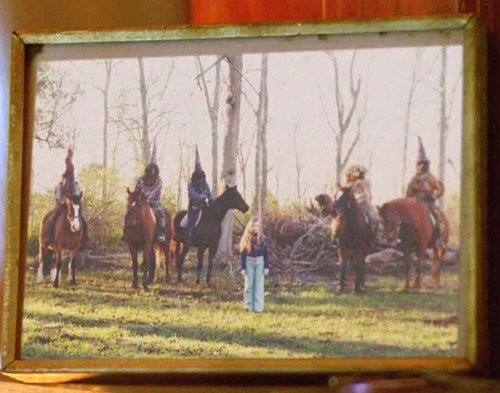 While visiting the house of a woman whose daughter mysteriously disappeared, Cohle notices a framed picture of a young girl surrounded by five masked men.