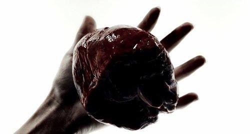"""Un corazón con sangre.  Una manera sangrienta, perturbadora de decir que la vida será retirado de vosotros.  Recuerde que esta canción es acerca de """"recuperarla""""."""