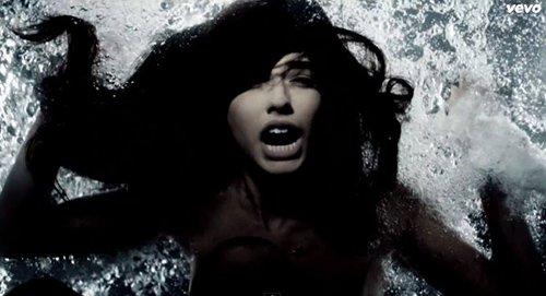 Una mujer se ahoga mientras aparentemente luchando por su vida.  ¿Necesitamos amenazas de muerte de ser entretenido?