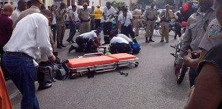 Paramédicos del Sistema Nacional de Emergencia socorren a un peatón que fue atropellado por el conductor de un camión en la avenida México con 30 de Marzo.(Fotos: César Cordero)