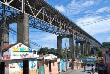 Presuntos asaltantes se lanza del puente de La 17 al verse acorralado por multitud