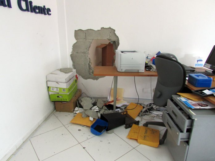 Utilizando un gato hidráulico los ladrones penetraron al Banco Unión, de San Cristòbal. (Fotos: Carlos Corporán)