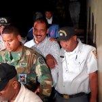 El alcalde Nelson Sosa (Opi) sale sonriente del tribunal dónde le sería conocida medidas de coerción. (Foto: Julio Benzant)