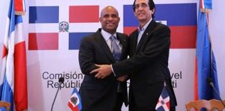 El ministro de la presidencia de la República Dominicana, Gustavo Montalvo y Laurent Lamothe, de Haití, al dar lectura a la Declaración de Juan Dolio.