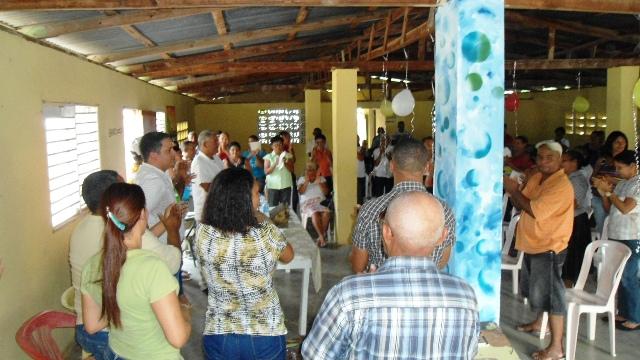 Residentes en los dos sectores de Esperanza durante el encuentro con ejecutivos de Edenorte.