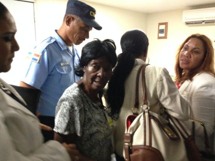 Funcionarios de la Cancillería asistieron al aeropuerto a entregar los cadáveres de las dos dominicanas a sus familiares.