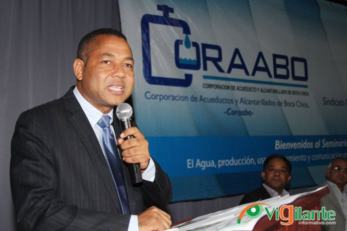 Fermín Brito, director de la CORAABO, pronuncia el discurso central del acto de inicio del seminario. (Fotos: Genris García).