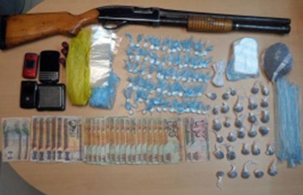 """Droga, dinero, escopeta y otras """"evidencias"""" mostradas por la DNCD después de los allanamientos en Villa Consuelo."""