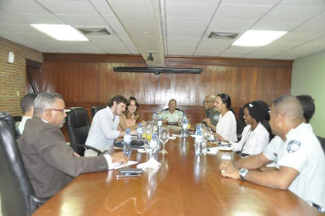 Los expertos del observatorio reunidos con el personal de AMET