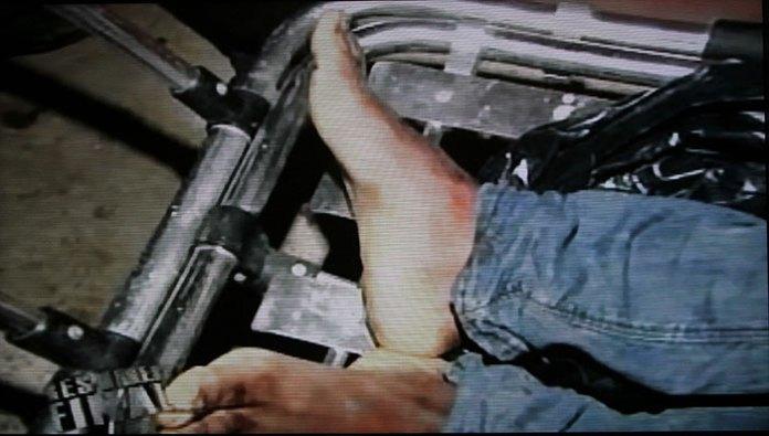 Cuerpo de George Belén Batista al ser sacado de la casa donde lo mató la Policía.
