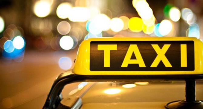 El taxista le pidió que moviera la jeepeta para poder pasar.