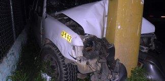 Condiciones en que quedó la camioneta de la empresa de distribución eléctrica ETED, en la carretera Mella. (Fotos: Genris García)