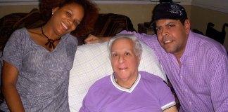 Fernándo Villalona y Maribel Contreras durante una visita a Yaqui Núñez en su hogar