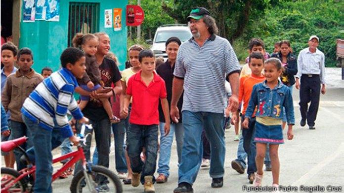 El padre Rogelio Cruz acompañado por un grupo de niños, es la foto que destaca la BBC en su reportaje