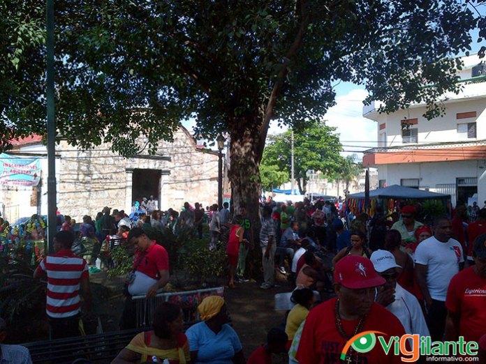 Cientos de personas se concentran en el Barrio San Miguel en el día del santo del mismo nombre (Fotos: Miguel Cabrera)