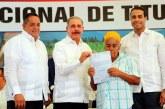 Presidente Medina entrega 1,304 títulos definitivos en Arenoso