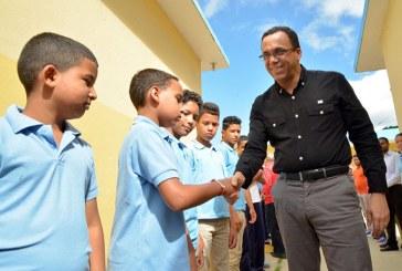 Navarro destaca compromiso con Educación de calidad en el Día del Estudiante
