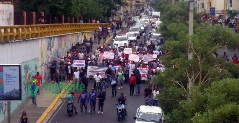 Choferes marchan en Santiago contra las alzas de los combustibles