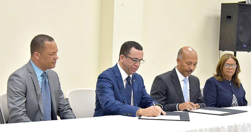 Navarro firma acuerdo para que 38 colegios pasen al sector público