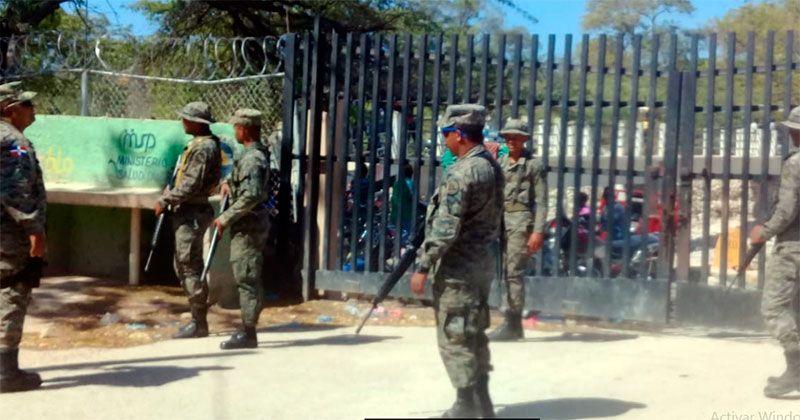 Motoconchistas de Pedernales protestan en la puerta fronteriza