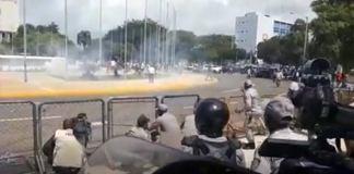 Se enfrentan policías, médicos y estudiantes frente al Congreso Nacional