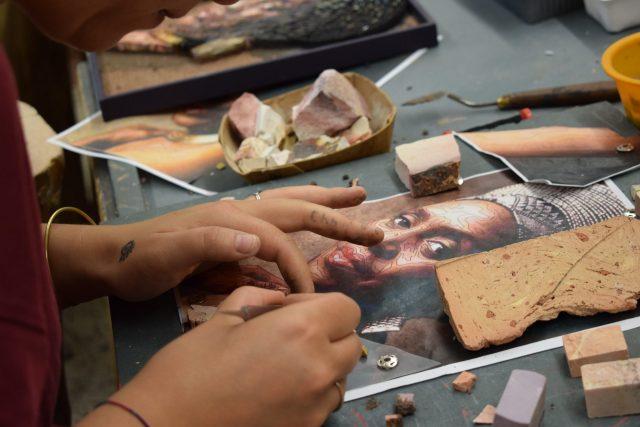Spilimbergon mosaiikkikoulun opiskelija työssään