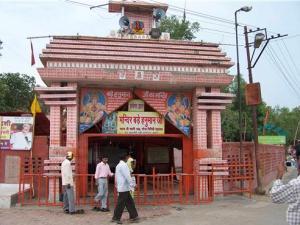 8. हनुमान मंदिर, इलाहबाद (उत्तर प्रदेश) : इलाहबाद किले से सटा यह मंदिर लेटे हुए हनुमान जी की प्रतिमा वाला एक छोटा किन्तु प्राचीन मंदिर है। यह सम्पूर्ण भारत का केवल एकमात्र मंदिर है जिसमें हनुमान जी लेटी हुई मुद्रा में हैं। यहाँ पर स्थापित हनुमान जी की प्रतिमा 20 फीट लम्बी है। अगला पिक....