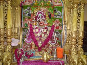 10. श्री कष्टभंजन हनुमान मंदिर, सारंगपुर (गुजरात) : इस मंदिर में हनुमान जी का कष्टभंजन रूप में विग्रह स्थापित है। यह मंदिर स्वामीनारायण सम्प्रदाय का एकमात्र हनुमान मंदिर है। इसके अलावा गुजरात के अहमदाबाद में छावनी परिसर में कैम्प हनुमान मंदिर सैकड़ों वर्ष पुराना मंदिर है। इसे भारत के प्रमुख हनुमान मंदिरों में माना जाता है।