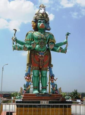 9. श्री पंचमुख आंजनेयर स्वामी जी, कुम्बकोनम (तमिलनाडू) : तमिलनाडू के कुम्बकोनम नामक स्थान पर श्री पंचमुखी आंजनेयर स्वामी जी (श्री हनुमान जी) का बहुत ही मनभावन मठ है। यहाँ पर श्री हनुमानजी की पंचमुख रूप में मूर्ति स्थापित है, जो अत्यंत भव्य एवं दर्शनीय है। यहाँ पर प्रचलित कथाओं के अनुसार जब अहिरावण तथा उसके भाई महिरावण ने श्री रामजी को लक्ष्मण सहित अगवा कर लिया था, तब प्रभु श्री राम को ढूँढऩे के लिए हनुमान जी ने पंचमुख रूप धारण कर इसी स्थान से अपनी खोज प्रारम्भ की थी और फिर इसी रूप में उन्होंने उन अहिरावण और महिरावण का वध भी किया था। अब अगली तस्वीर में देखते हैं गुजरात और जानते हैं अनोखे मंदिर के बारे में ....
