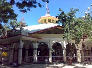 7. श्री हनुमान मंदिर, जामनगर (गुजरात) : सन् 1540 में जामनगर की स्थापना के साथ ही स्थापित यह हनुमान मंदिर, गुजरात के गौरव का प्रतीक है। यहाँ पर सन् 1964 से श्री राम धुनी का जाप लगातार चलता आ रहा है, जिस कारण इस मंदिर का नाम गिनीज़ बुक ऑफ वल्र्ड रिकॉड्र्स में शामिल किया गया है। अब अगली तस्वीर में देखते हैं प्रयाग और जानते हैं अनोखे मंदिर के बारे में ....