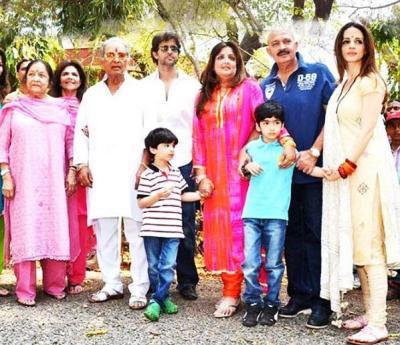 (फाइल फोटोः राकेश का परिवार (बाएं से)- राकेश की मां इरा, पत्नी पिंकी, पिता रोशनलाल, पोता ऋदान (व्हाइट टी-शर्ट), बेटा ऋतिक, बेटी सुनैना, पोता ऋहान, राकेश रोशन और बहू सुजैन)
