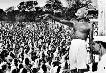 फाइल फोटो- चम्पारन में सभा को संबोधित करते महात्मा गांधी।