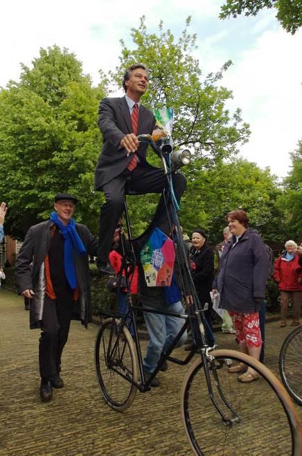 De burgemeester op een reuzenfiets