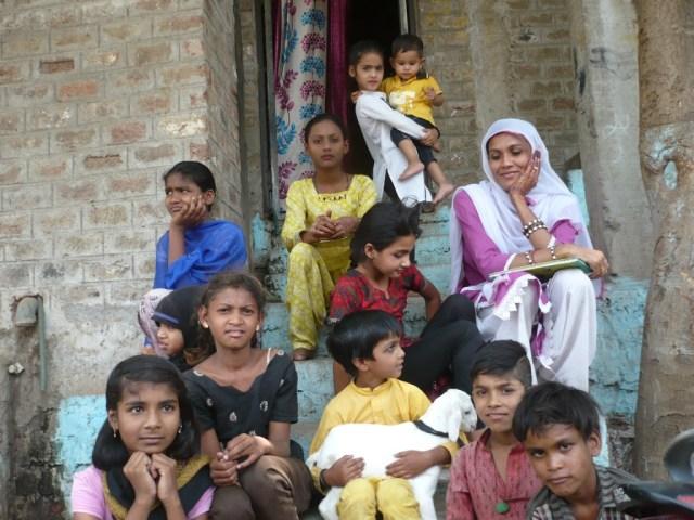 इमलीपुरा की लायब्रेरी संचालक नाजमा बी और बच्चे