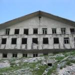 Zgrada - kasarna u kojoj je bilo smješteno osoblje - vojnici za posluživanje