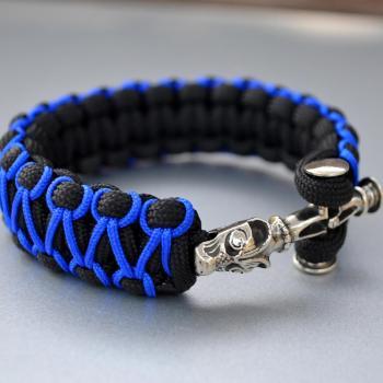 Фото чёрно-синий браслет из паракорда кобра с застежкой крест волка