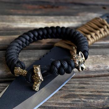 Фото чёрный браслет из паракорда с застежкой молот Тора и бусиной волк