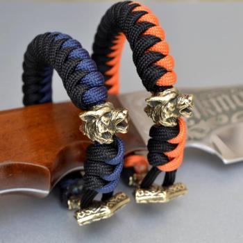 Фото двухцветный браслет из паракорда с застежкой молот Тора и бусиной волк