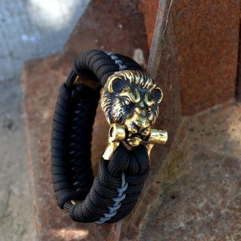 Фото чёрно-синий браслет из паракорда с застежкой голова льва