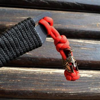 Фото темляк на нож / бреок из паракорда с бусиной спартанский шлем