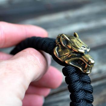 Фото паракордовый браслет с бусинами волк