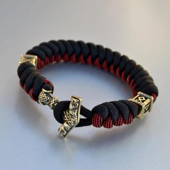 Фото чёрно-красный браслет из паракорда с застежкой молот Тора и бусинами с рунами