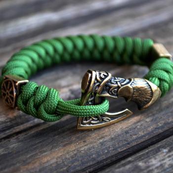 Фото зеленый браслет из паракорда с бусинами шлем ужаса и застежкой секира