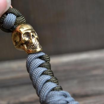 Фото темляк из паракорда для ножа с бусиной череп